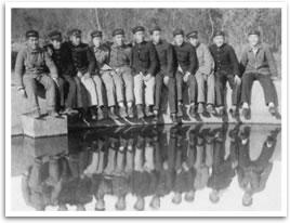 「山の学校」にあった池で憩う生徒たち