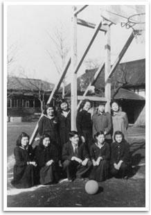 女子部籠球部  旧所沢商業学校校庭