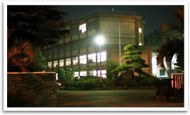 夜の所沢高校校舎